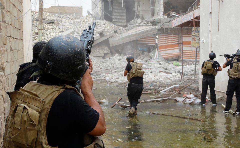 Irakische Spezialkräfte suchen im Juni 2010 bei Ramadi nach Waffen des