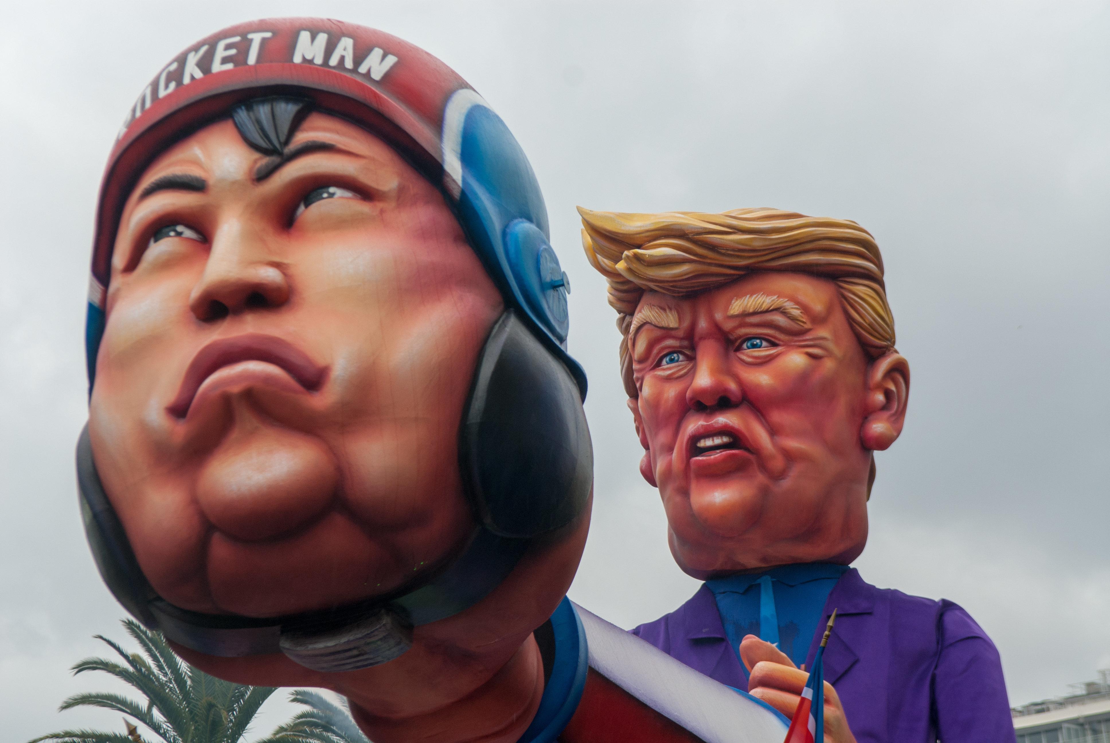 김정은과 트럼프가 서로를 향한 호감을 감추지 못하고
