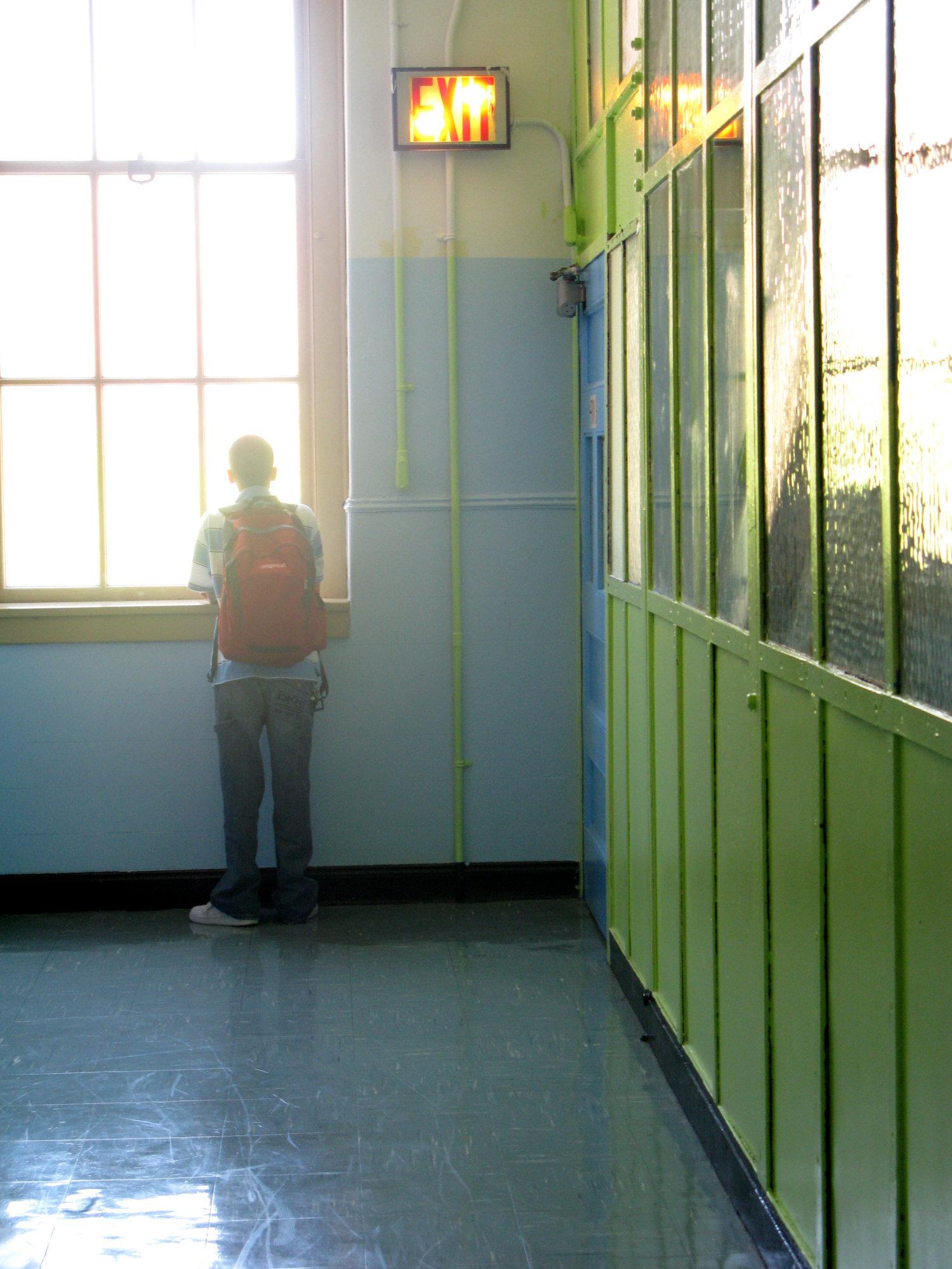 England: Schule zwingt 7-Jährigen, Pausen alleine zu verbringen –wegen seiner Frisur