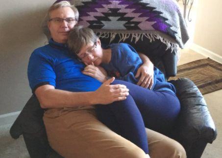 H συγκινητική ιστορία αγάπης που έγινε viral: «Ξεχνά το όνομά του αλλά ξέρει ότι είναι ασφαλής μαζί