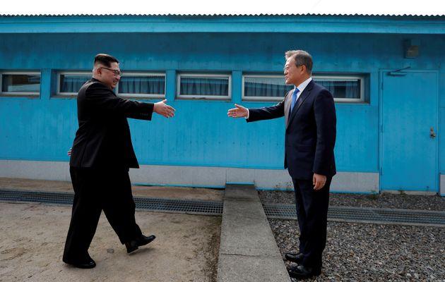 El presidente surcoreano, Moon Jae-In (d), y Kim Jong-Un (i), el líder norcoreano, se dieron la mano...