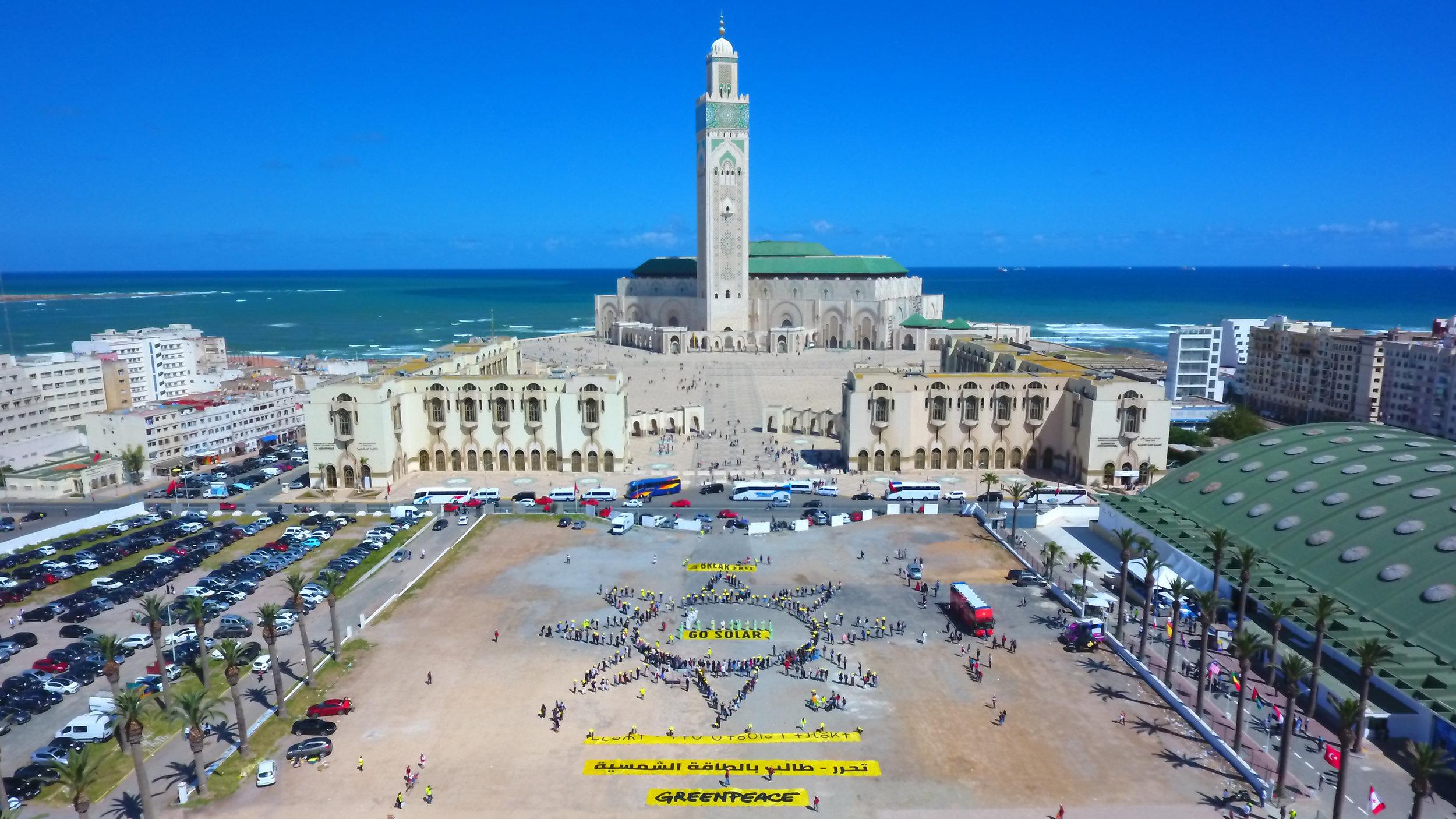 Une centaine de Casablancais forment un soleil pour appeler les dirigeants à se libérer des énergies