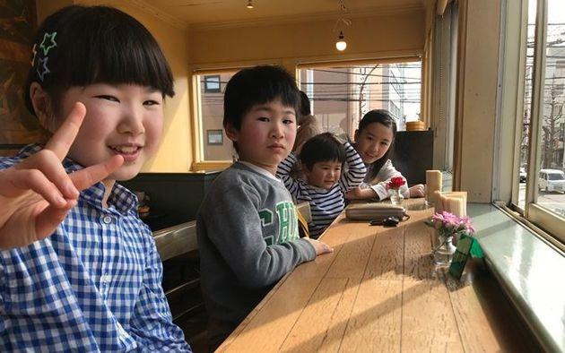 일본 도쿄에서 아이 넷을 낳아 키우는 박철현씨는 일본 자치단체의 탄탄한 지원 덕분에 보육에 큰 어려움이 없다고 말한다. 박철현씨의 자녀들이 집 근처 음식점에서 즐거운 한때를 보내고