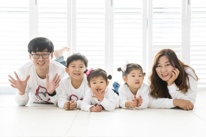 하을이네 가족. (왼쪽부터) 아빠, 첫째 하람이, 막둥이 하을이, 둘째 하린이, 그리고 엄마