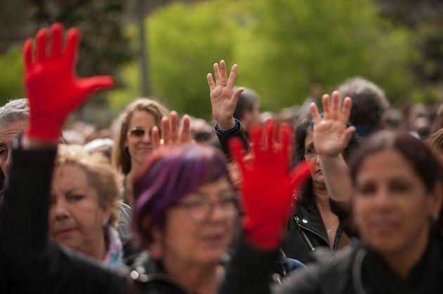 집단 성폭행한 남성 5명이 '가벼운 형'을 선고받자, 스페인에서 분노가 폭발하다