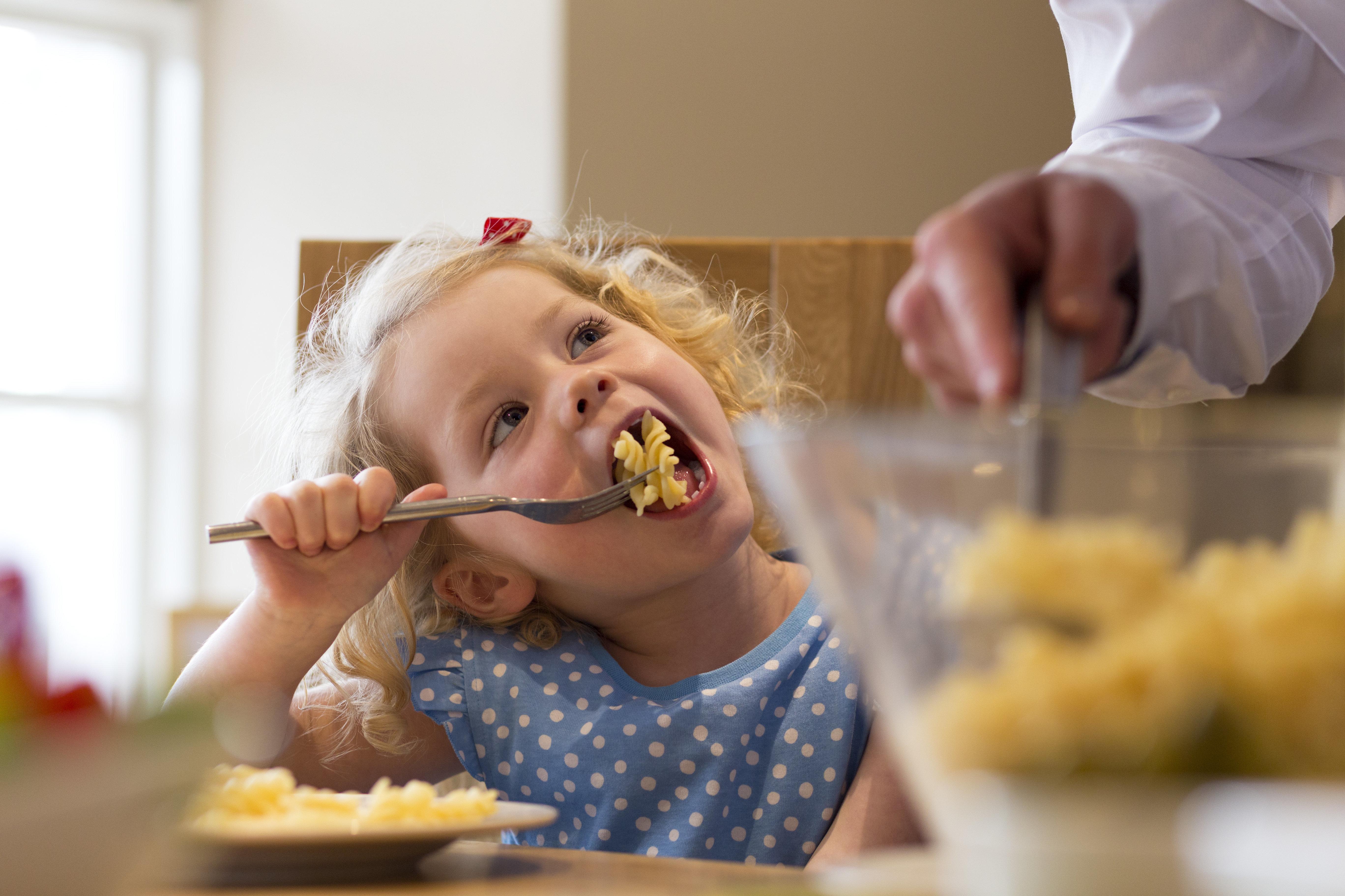 Mutter kocht Nudeln – zum Glück erkennen die Kinder nicht, was sie