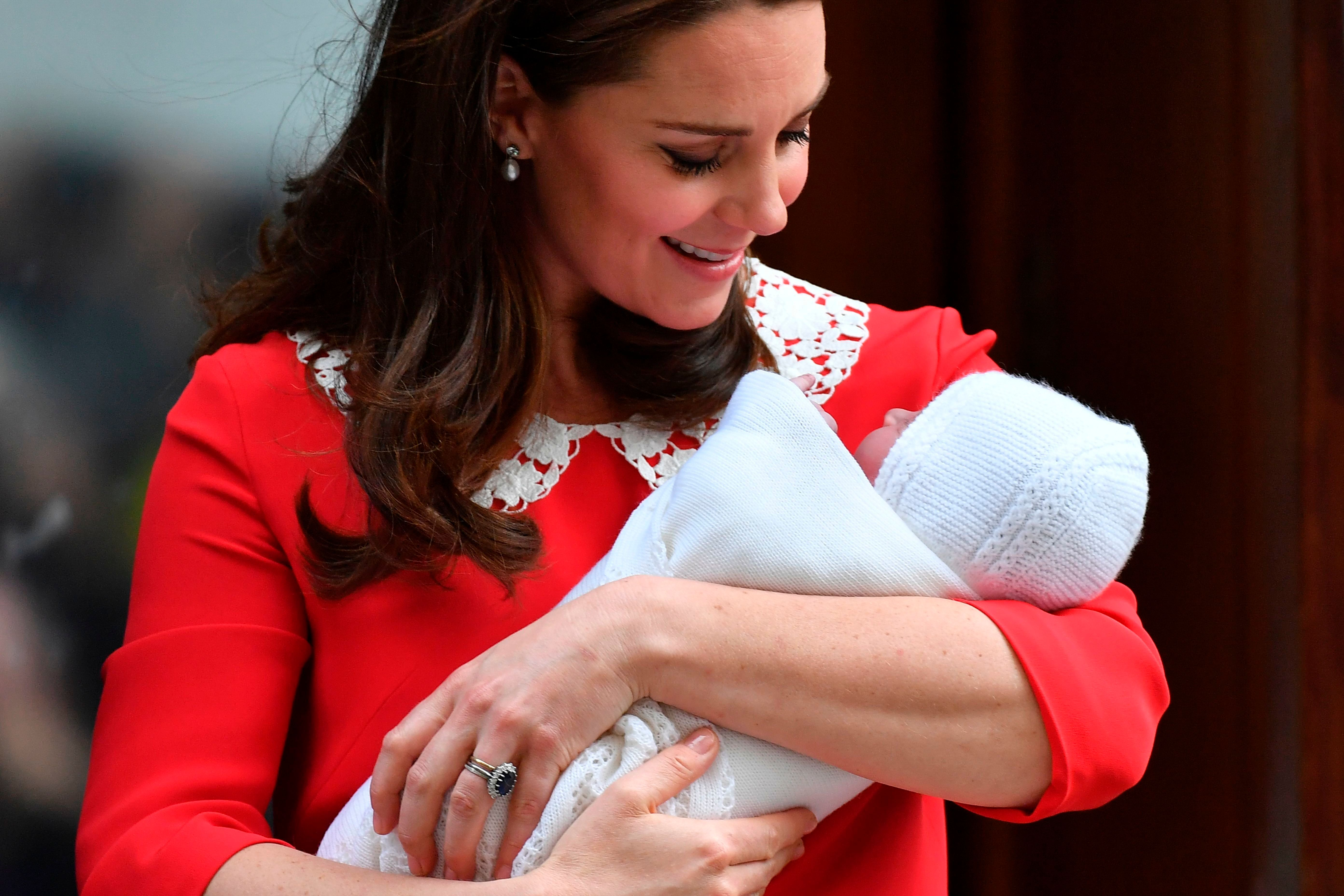Britain's Catherine, Duchess of Cambridge aka Kate Middleton looks at her newly-born son, her third child, Britain's Prince Louis of Cambridge on the steps of the Lindo Wing at St Mary's Hospital in central London, on April 23, 2018. (Photo by Ben STANSALL / AFP)        (Photo credit should read BEN STANSALL/AFP/Getty Images)