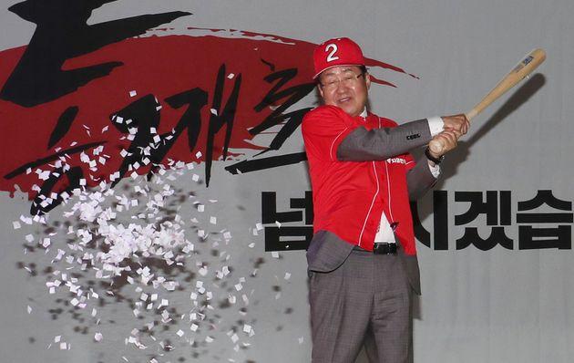 홍준표 자유한국당 대표가 1일 오후 부산 해운대구 벡스코 컨벤션홀에서 열린 '제7회 전국동시지방선거 부산 필승결의대회'에서 야구 유니폼을 입고 6.13지방선거 필승 퍼포먼스를 하고