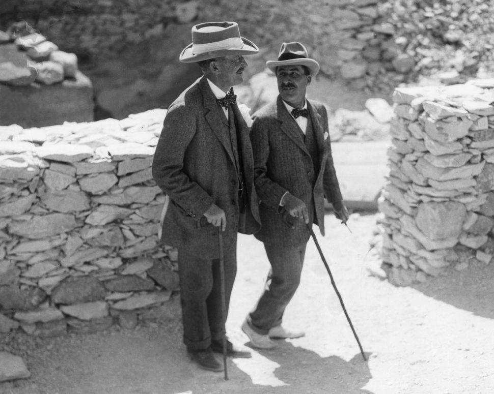 Στα δεξιά, ο Βρετανός Αιγυπτιολόγος Howard Carter και στα αριστερά, ο πάτρωνάς του, ο Λόρδος George Herbert.