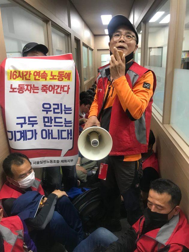 4월 30일 '탠디' 제화공들이 서울 관악구 탠디 본사에서 공임 인상 등을 요구하며 농성을 벌이고