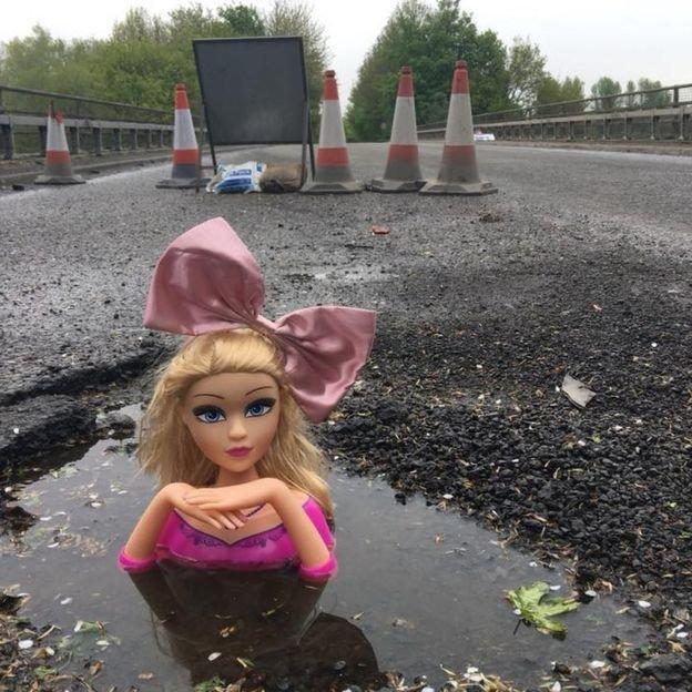 영국 어느 도로에는 곳곳에 인형 머리가 심어져