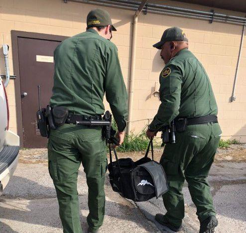 Grenzschützer finden herrenlose Tasche: Nach einem Blick hinein fahren sie zum