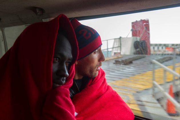 Des candidats à l'immigration quittent le port de Tarifa dans un car, après avoir été...