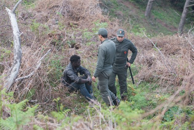 Des membres des forces de l'ordre marocaines arrêtent un migrant clandestin le 18 février...