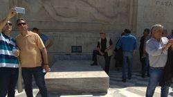 Σύλλογος Ευζώνων Προεδρικής Φρουράς: «Ατιμωτική» η συμπεριφορά του πολίτη που πάτησε πάνω στο Μνημείο του Αγνώστου