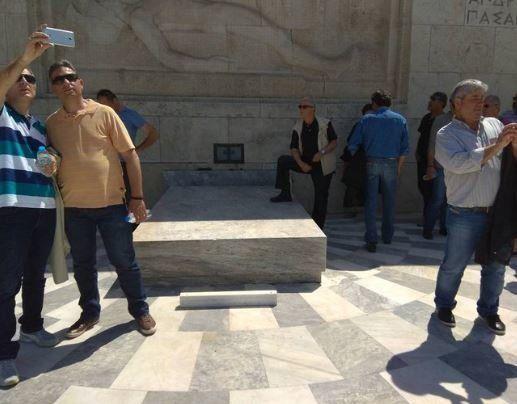 Σύλλογος Ευζώνων Προεδρικής Φρουράς: «Ατιμωτική» η συμπεριφορά του πολίτη που πάτησε πάνω στο Μνημείο...