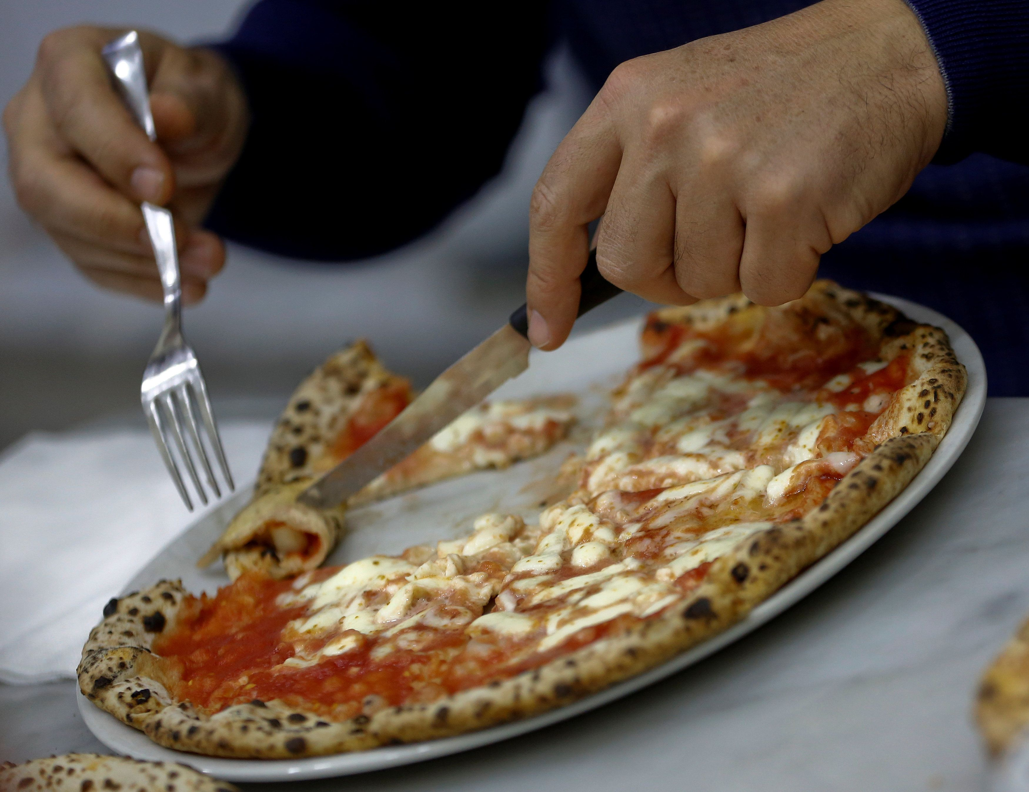 Hessen: Gast beschwert sich über Pizza – dann kommt ihm Faust entgegen