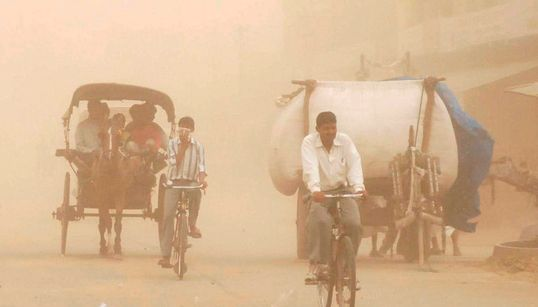 Αμμοθύελλες σαρώνουν τη βόρεια Ινδία. Τουλάχιστον 98 οι νεκροί και 143 οι