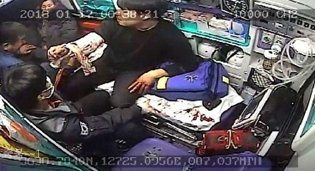 지난해 1월 충북 보은에서 부상자를 태워 병원으로 이송하던 구급차량 안에서 부상자의 아버지(51)가 구급대원의 목과 머리를 폭행하는 모습. 소방청 제공 CCTV