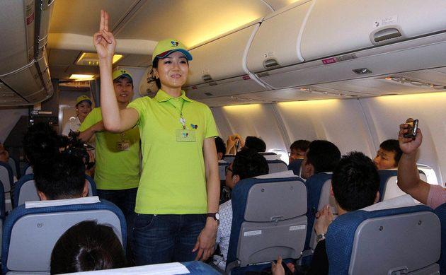 2012년 7월 조현민 전무가 진에어 취항 4주년을 기념해 객실 승무원 체험을 하며 승객들에게 인사를 하고