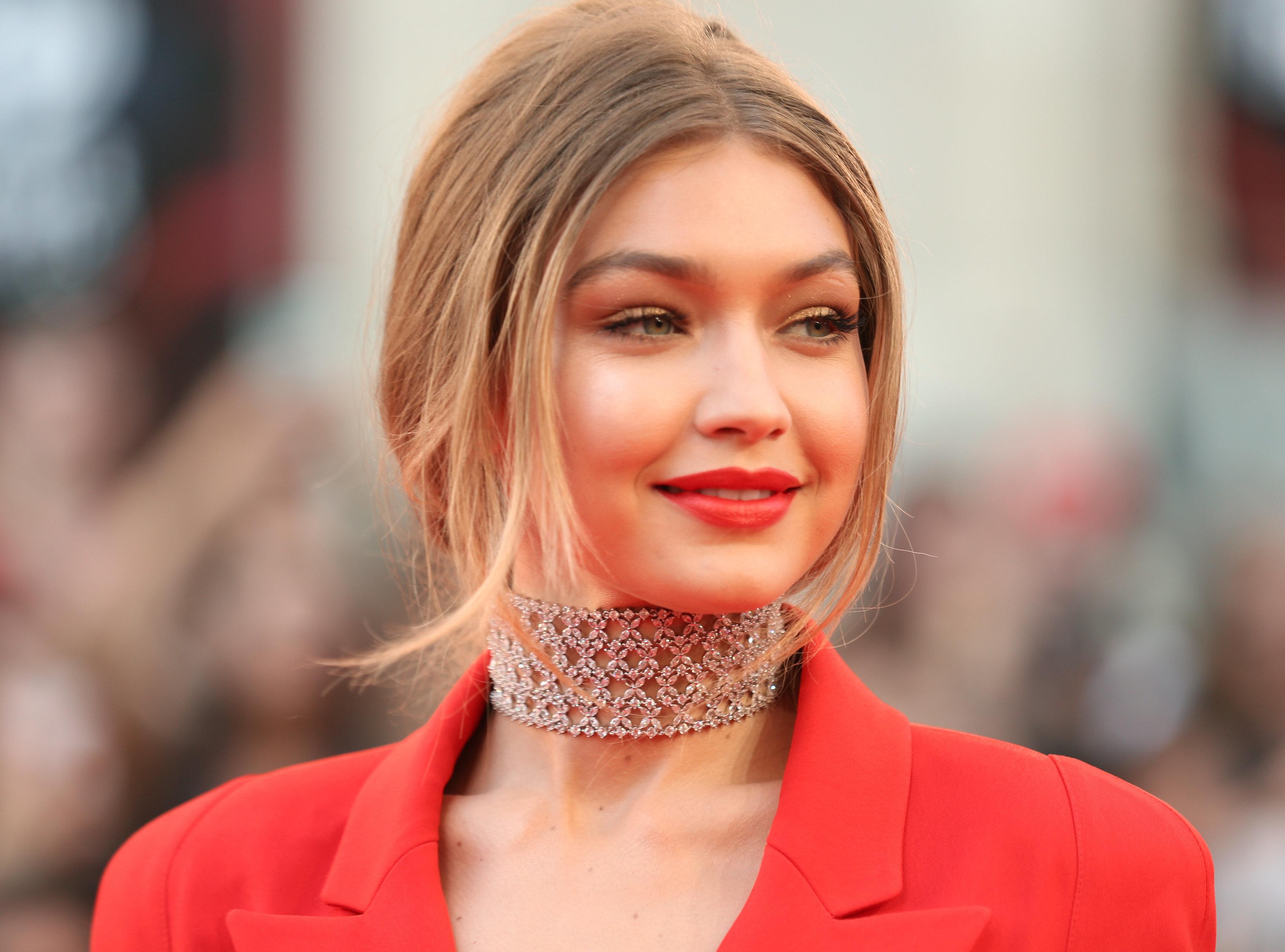 Η συγνώμη της Gigi Hadid για το «μαύρο» εξώφυλλο της Vogue Italia που προκάλεσε