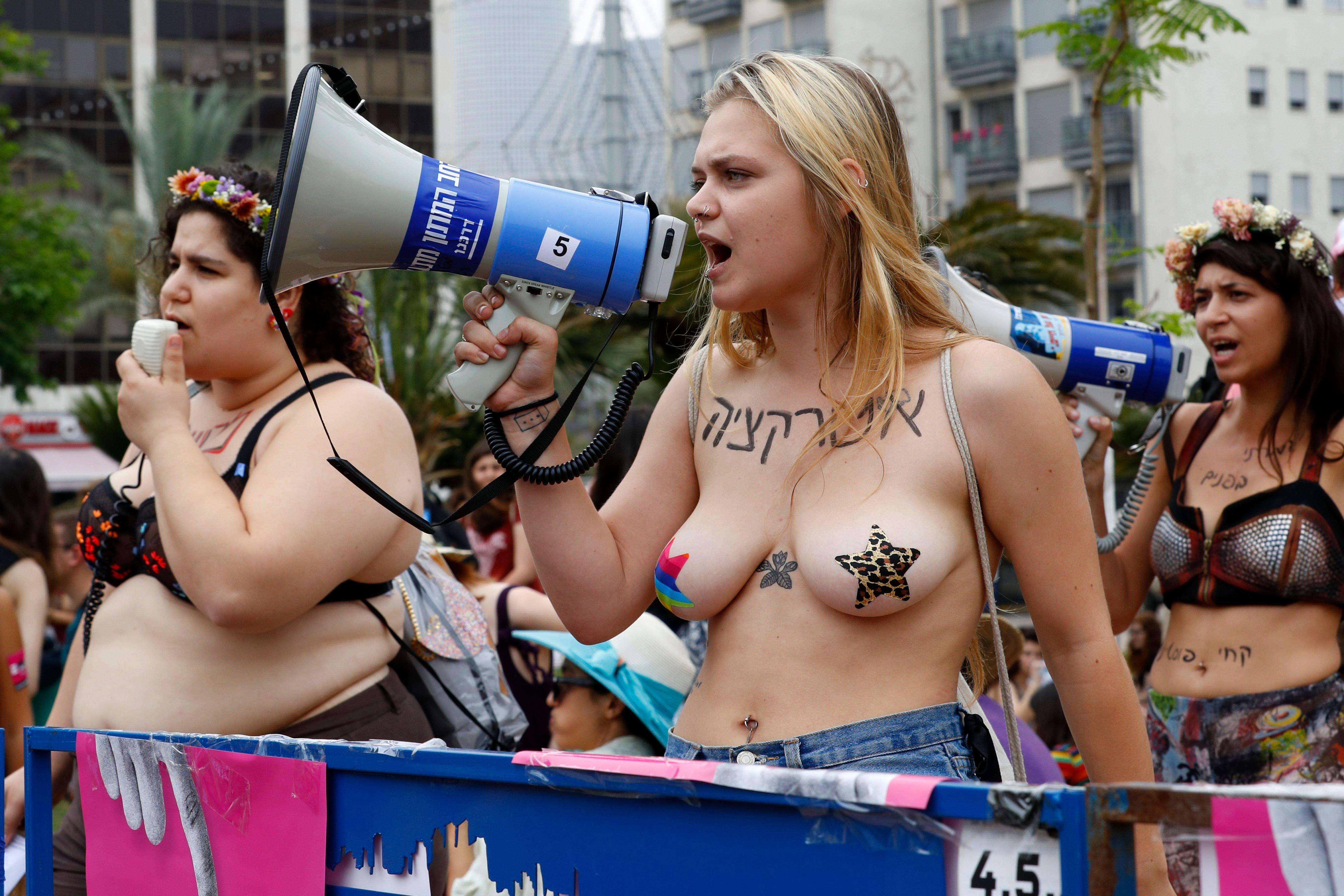 Διαδηλωτές του Slutwalk στο Ισραήλ βγήκαν απ' τα ρούχα τους για να φωνάξουν κατά της κακοποίησης και του