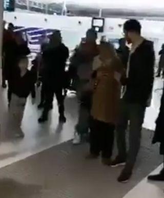 Original: Cette mère a eu la plus belle des surprises à son arrivée à l'aéroport à Paris