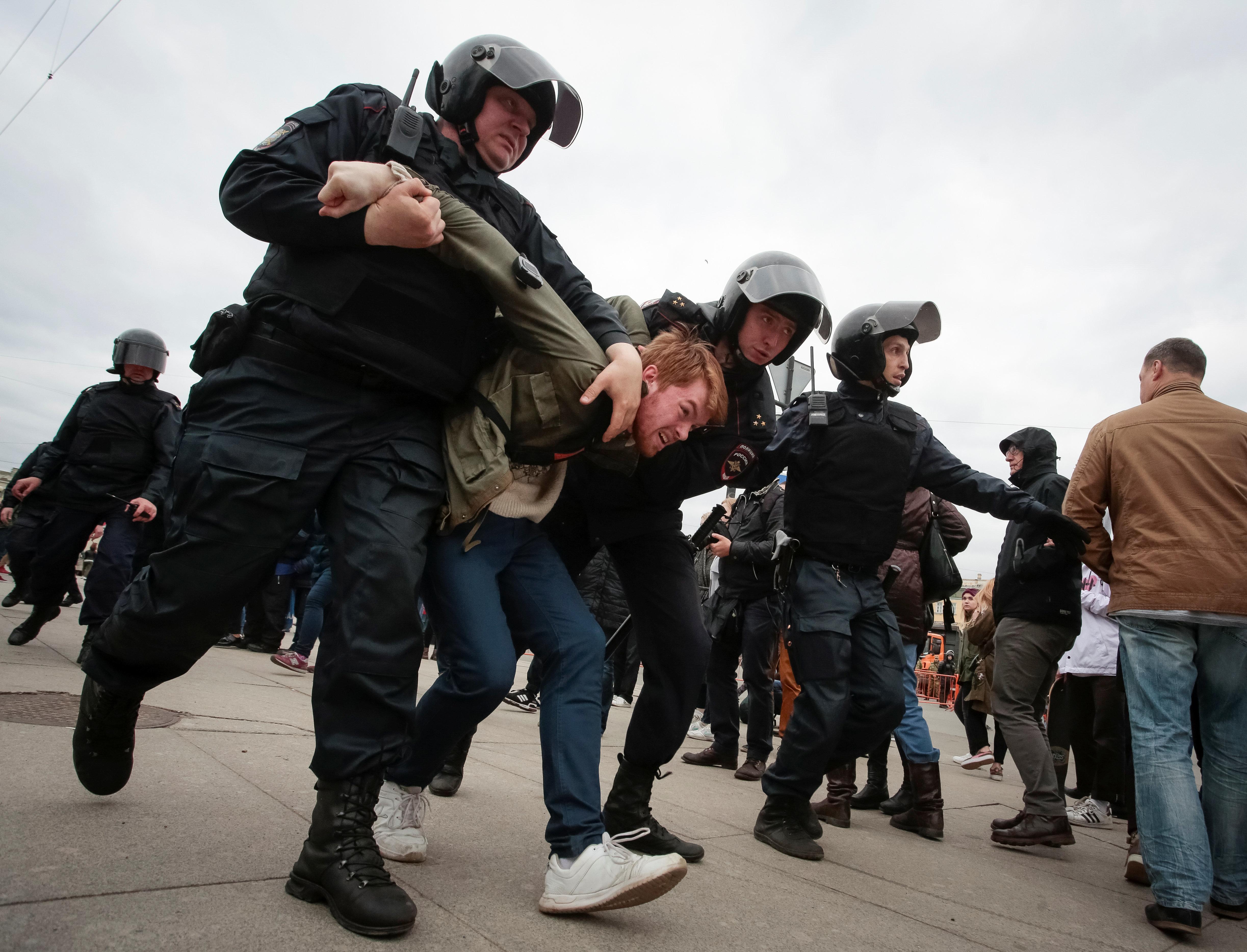 Putins Polizei nimmt 1600 Menschen fest, darunter Oppositionsführer
