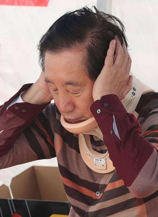 자유한국당 김성태 원내대표가 목보호대 한 채로 단식투쟁을