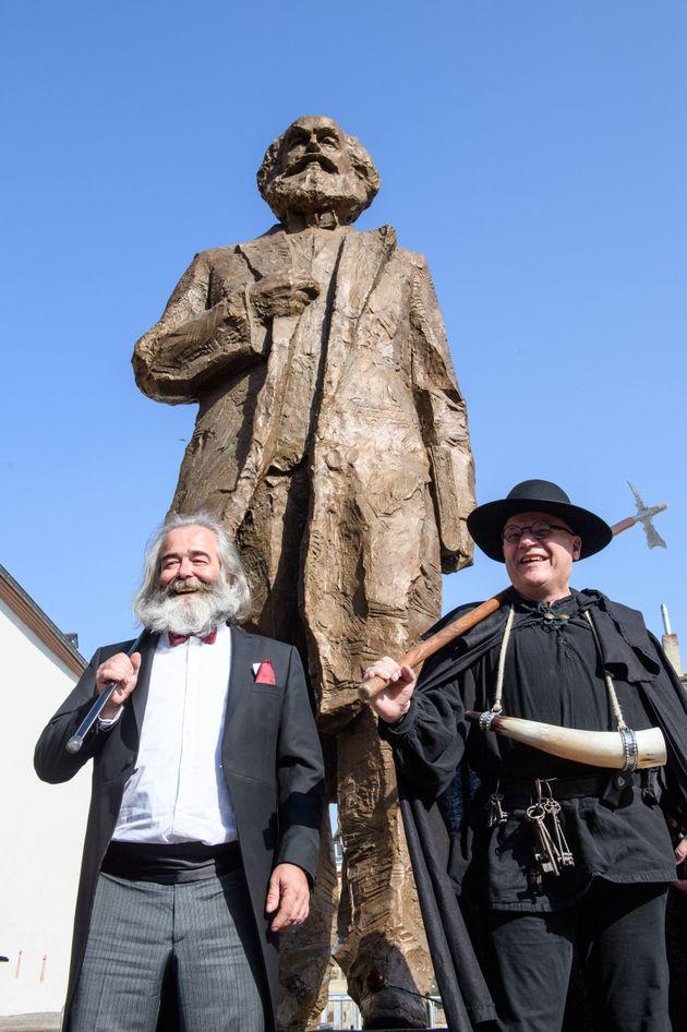 마르크스 탄생 200주년을 기념하는 동상에