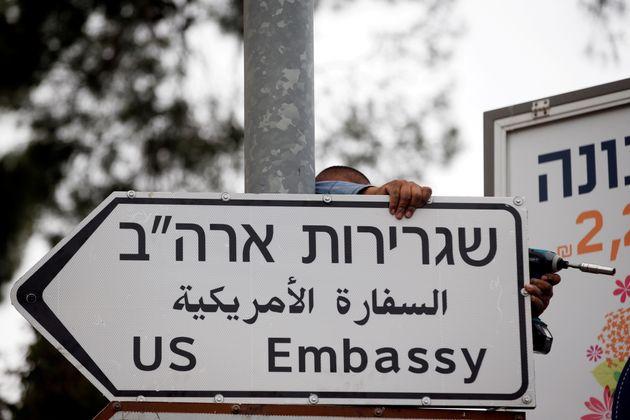 Jérusalem: Installation des panneaux indiquant la nouvelle ambassade