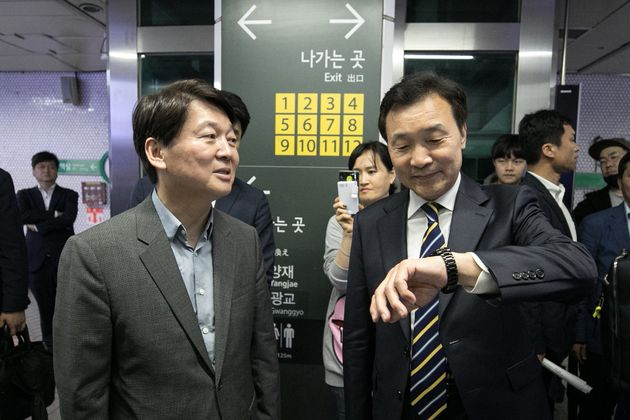 안철수 바른미래당 서울시장 후보(왼쪽)와 손학규 선대위원장이 6일 오후 서울 강남구 강남역에서 대화하고