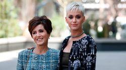 Η μητέρα της Katy Perry υπογράφει ένα βιβλίο για το πώς να μεγαλώνεις παιδιά με «Δαιμονικές