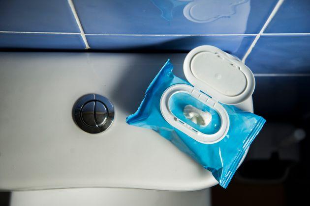 Μετά τα πλαστικά καλαμάκια η Βρετανία ίσως απαγορεύσει και τα υγρά μαντηλάκια από την