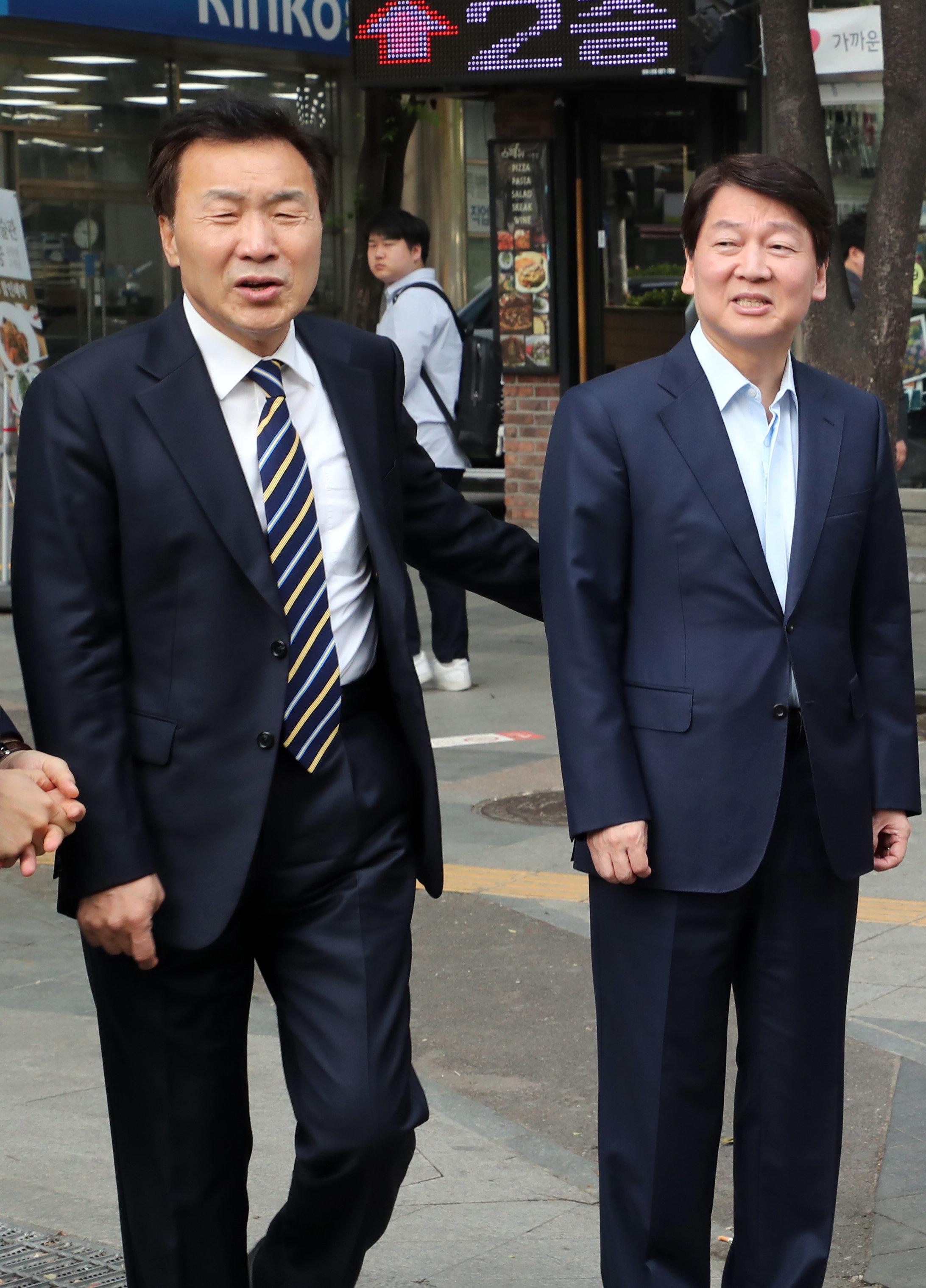 안철수 바른미래당 후보가 8일 오전 '출근인사'를 위해 서울 지하철 시청역 12번출구 앞에