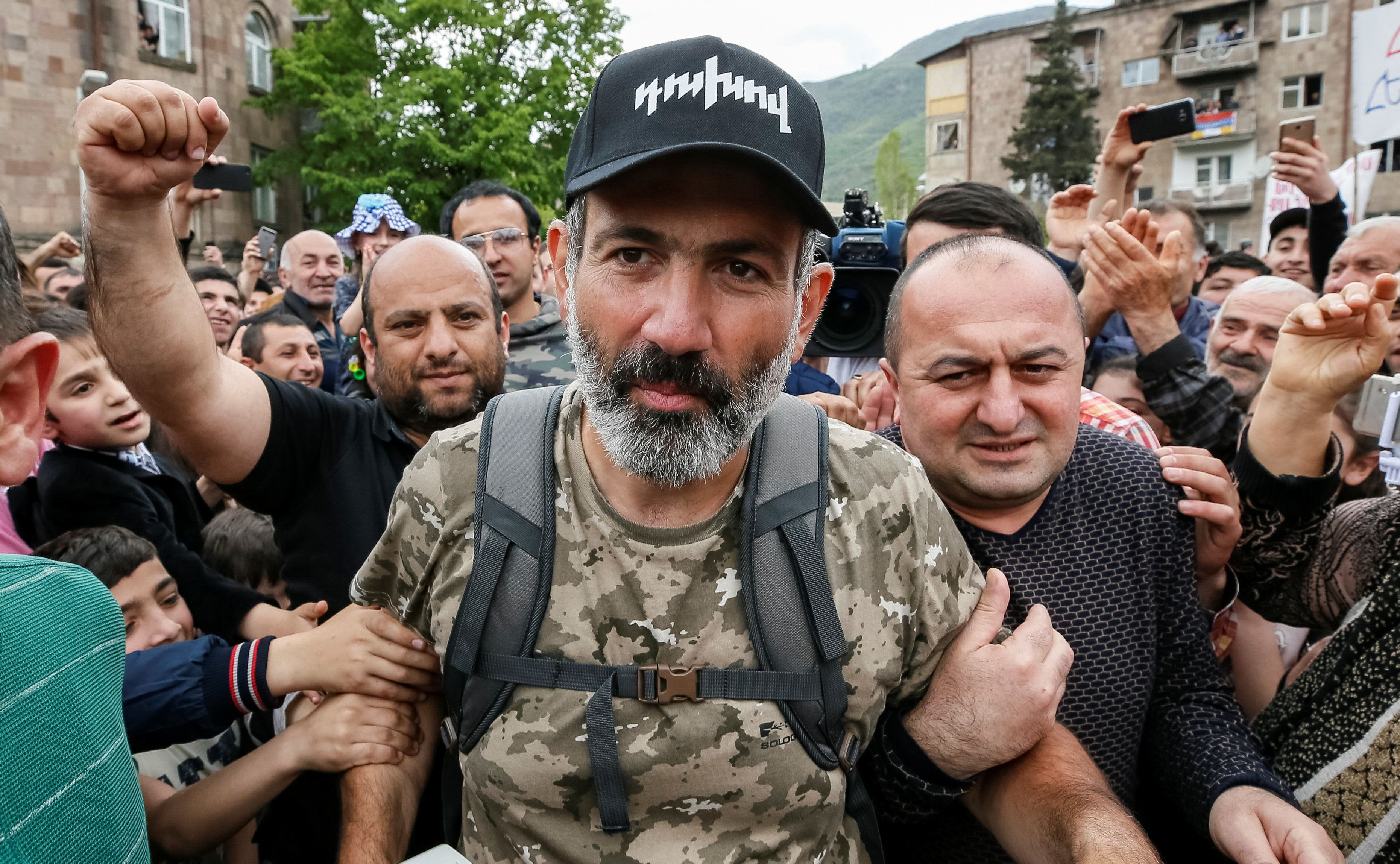 People greet Armenian opposition leader Nikol Pashinyan as he arrives at a rally in the town of Ijevan, Armenia April 28, 2018.  REUTERS/Gleb Garanich