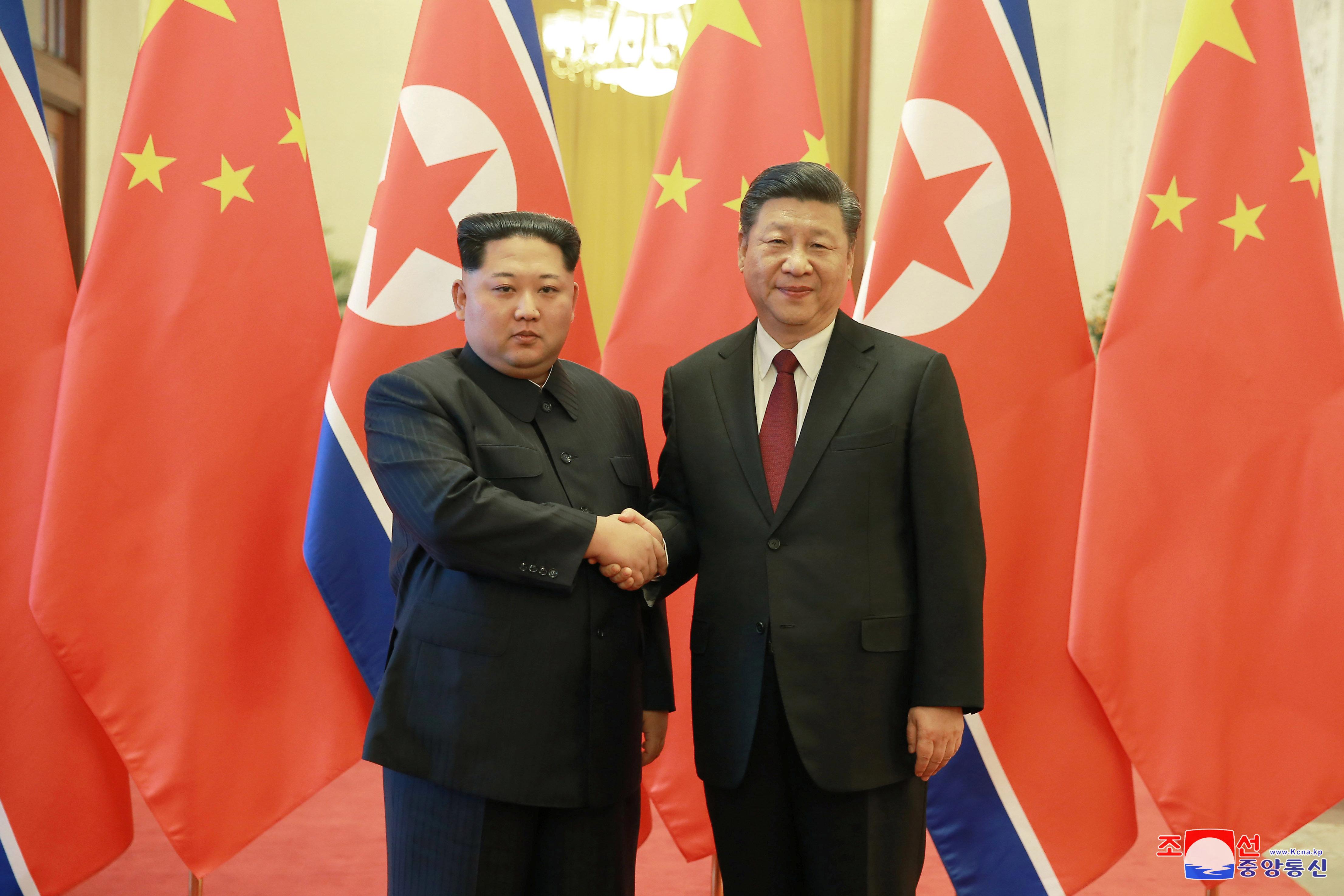 사진은 3월28일 중국을 방문한 김정은 북한 국무위원장이 시진핑 중국 국가주석과 악수하는