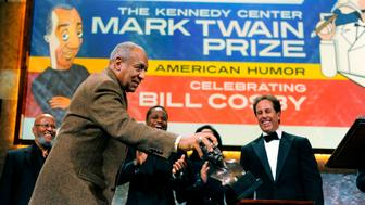 Comedian, actor, author and musician Bill Cosby (L) jokingly grabs his Mark Twain award as cast members (from L to R) musician Len Chandler, actor Malcolm-Jamal Warner and comedian Jerry Seinfeld laugh at the conclusion of the Kennedy Center for the Performing Arts' fete for Cosby, where he was honored with their annual Mark Twain Prize for American Humor, in Washington, October 26, 2009.  REUTERS/Mike Theiler (UNITED STATES ENTERTAINMENT IMAGES OF THE DAY)