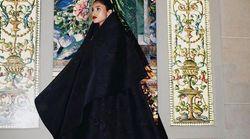 Imaan Hammam tout de noir vêtue au Met