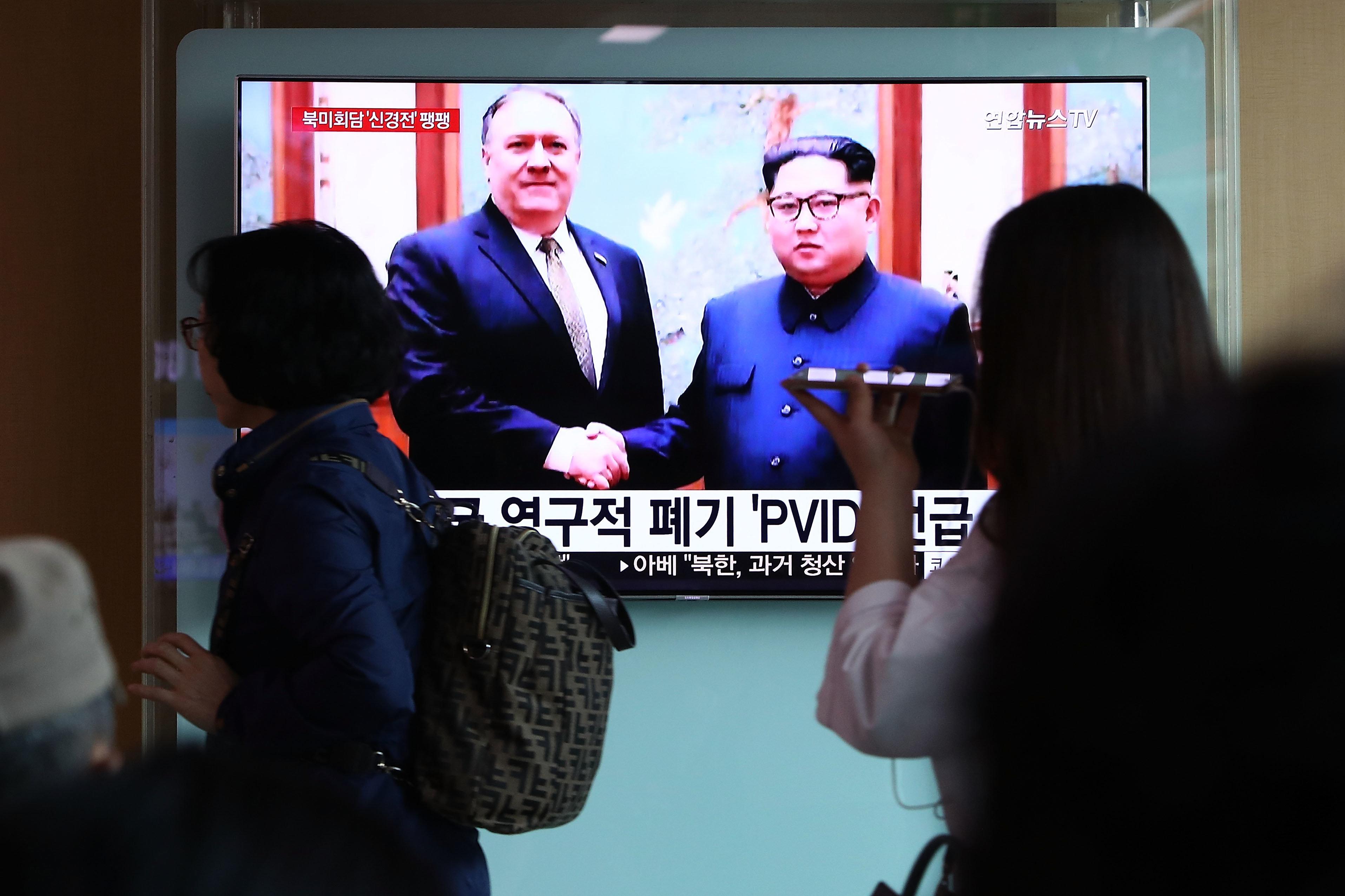 Στην Βόρεια Κορέα ο Πομπέο προετοιμάζει τη συνάντηση Τραμπ-Κιμ Γιονγκ Ουν και θα επιστρέψει με τρεις αμερικανούς