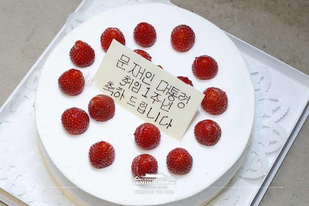 아베 총리가 문재인 대통령에게 취임 1주년 기념 케이크를