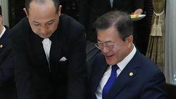 아베 총리가 문재인 대통령에게 준 취임 1주년 기념