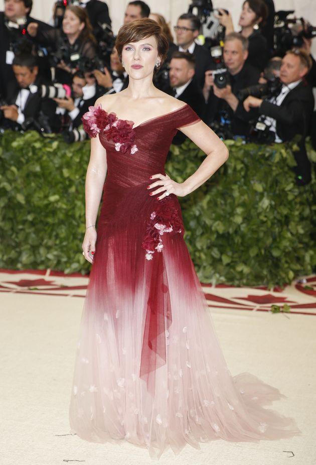 스칼렛 요한슨이 2018 멧 갈라에서 입은 드레스가 논란에 휩싸인