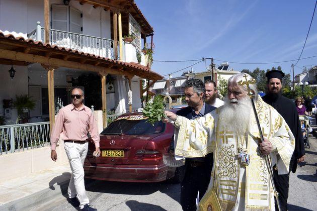 Ιερείς έκαναν αγιασμό σε αυτοκίνητα και μηχανάκια στο
