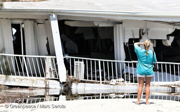 2017년 9월 미국 플로리다를 휩쓸고 간 허리케인 어마(Irma)로 피해를 입은 주민이 무너져내린 건물을 쳐다보고