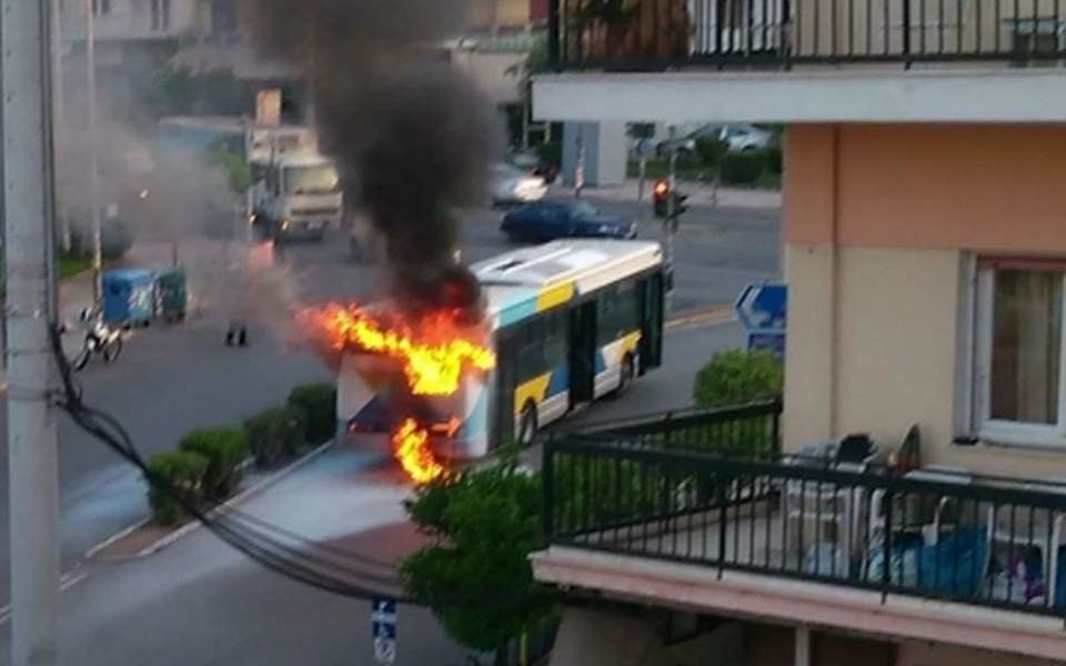 Φωτιά σε λεωφορείο του ΟΑΣΑ στη Νίκαια ενώ ήταν εν κινήσει μεταφέροντας