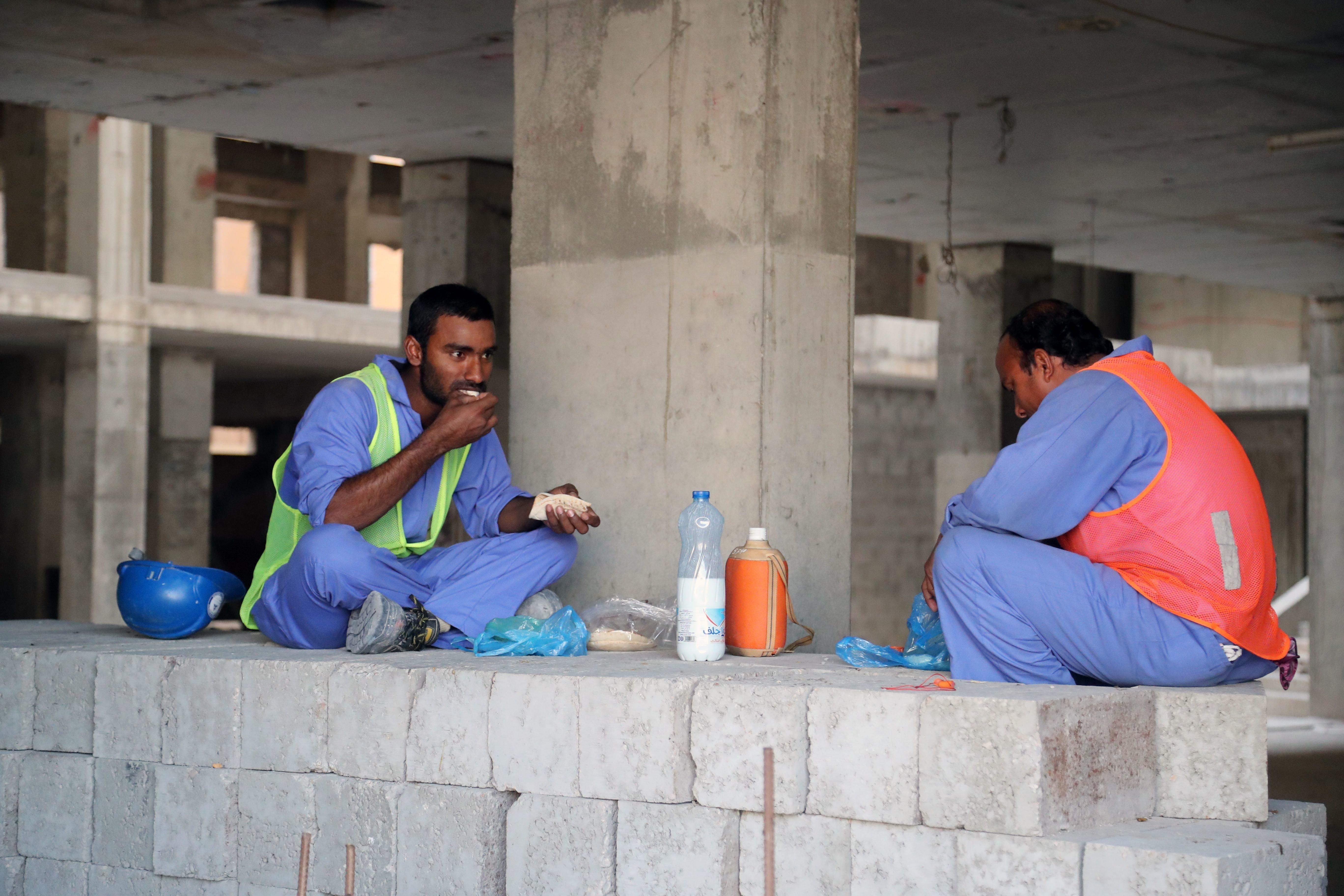 Au Qatar, la vie de misère de migrants, malgré les