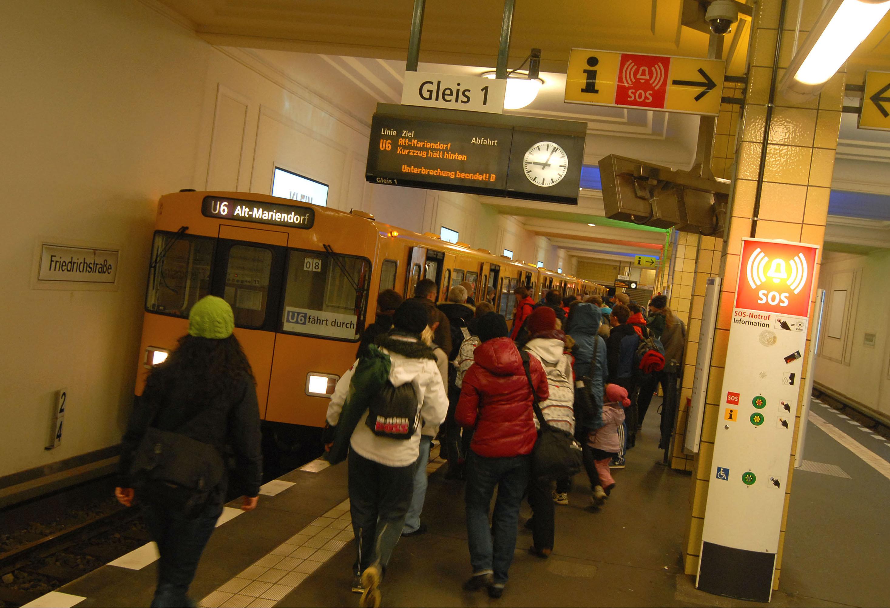Berlin: Mann belästigt Mädchen in U-Bahn – dann greifen Fahrgäste ein