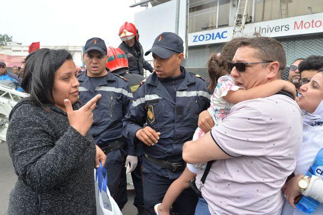 La mère de la petite fille après avoir été sauvée par les sapeurs-pompiers...