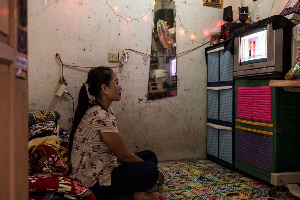 Después del trabajo, Istiy ve la televisión en su diminuto piso de